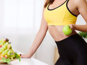 atleta comendo frutas